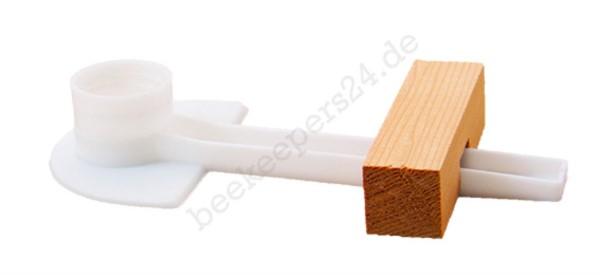 Flaschenfütterer mit Holzkeil
